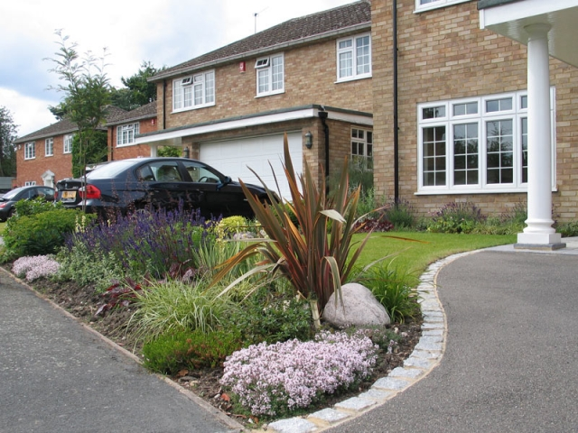 Tarmac drive with light granite setts