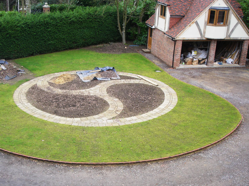 Traditional front garden - building a celtic knot garden