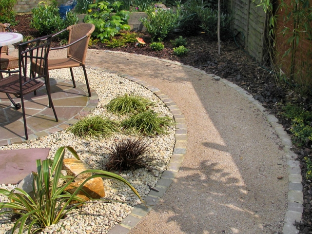 Self-binding gravel path with sandstone sett edging